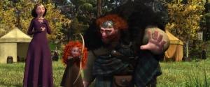 Fergus mengajarkan Merida kecil memanah