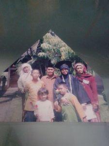 Papah, Mamah, Mba Yeni, Rofi, Rozan, Nabila @Wisuda SMA Assalam (2004)